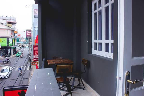 Phía ngoài là một ban công nhỏ có thể nhìn ra thành phố