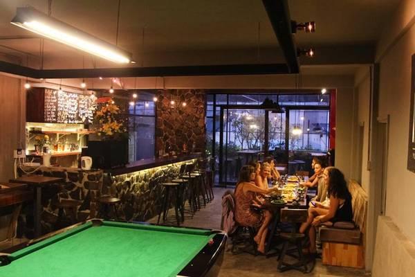 Tầng 1 là YOLO Coffee and Bar