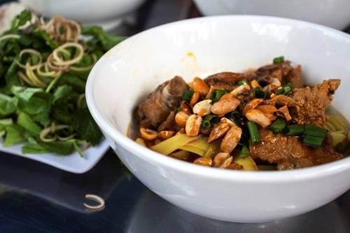 Tuy không phải món ăn đặc trưng nhất của Phú Yên, mì Quảng ở đây mang hương vị độc đáo so với những nơi khác. Ảnh: Minh Đức