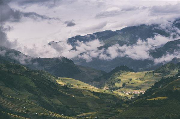 Description: Nằm trong dãy núi Hoàng Liên Sơn, huyện Mù Cang Chải ở độ cao hơn 1.000 m so với mặt nước biển. Nếu ai không thích thời tiết tại đây, chỉ việc chờ 15 phút, bởi nắng mưa có thể luân phiên nhau nhiều lần trong ngày.
