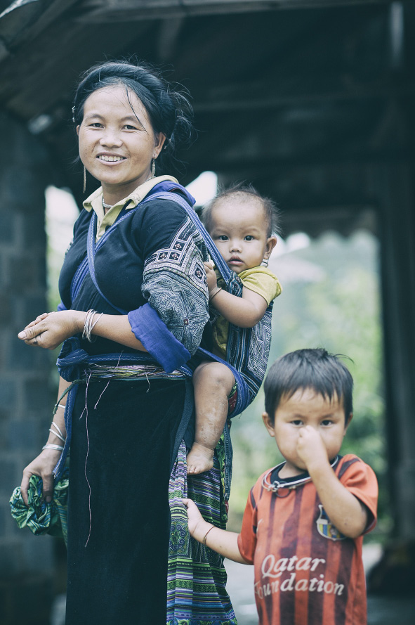 Description: Mù Cang Chải có gần 50.000 người, trong đó 90% là dân tộc Mông. Qua tiếp xúc, nhiều người không nói được tiếng Kinh. Họ ở nhà nền đất và thờ đa thần.