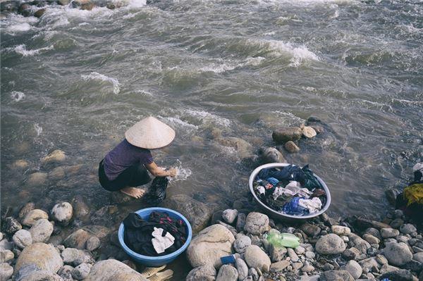 Description: Trên địa bàn huyện không có sông lớn mà chỉ có hàng chục khe suối với tổng chiều dài khoảng 360 km, đều bắt nguồn từ dãy Hoàng Liên Sơn. Những con suối này là nơi đồng bào dân tộc Thái (là dân tộc thiểu số đông thứ hai) giặt giũ, tắm rửa.