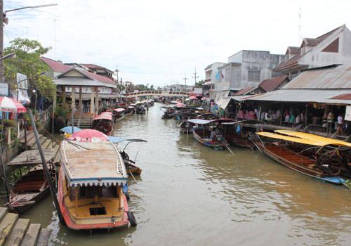 Chợ nổi Amphawa cách thủ đô Bangkok, Thái Lan khoảng 80 km. Chợ họp trên một con kênh nhỏ nối ra sông Mae Klong, với khung cảnh thanh bình. Chợ chỉ mở cửa từ 12h đến tối các ngày cuối tuần (thứ 6 đến chủ nhật). Lượng du khách đến chợ nổi rất đông nhưng không có cảnh chèo kéo, chặt chém hay móc túi khách.