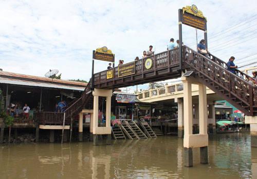 Bắc qua sông là những cây cầu nhỏ nhắn. Từ đây, du khách có thể bao quát toàn cảnh mua bán tấp nập. Trên bờ là các gian hàng bán đồ lưu niệm, trái cây, phía dưới kênh là những con thuyền bán đồ ăn. Khu chợ rất sạch sẽ, không có rác.