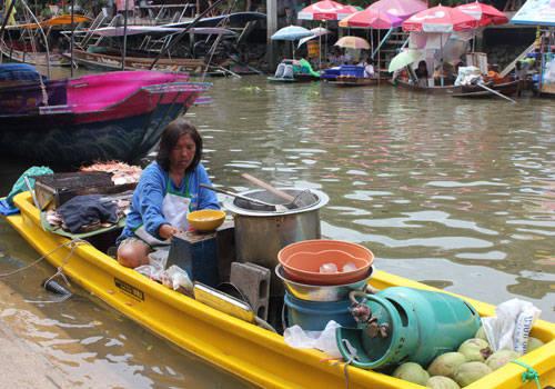 Từ xa xưa, chợ nổi là hình thức họp chợ phổ biến của người Thái ở vùng sông nước. Những ngôi nhà của họ thường cất bên sông và chủ yếu di chuyển bằng thuyền bè. Hàng hóa được chở trên một chiếc xuồng nhỏ, màu sắc với đủ các loại mặt hàng như những món đặc trưng của địa phương, xúc xích, thịt nướng, hải sản tươi nướng...