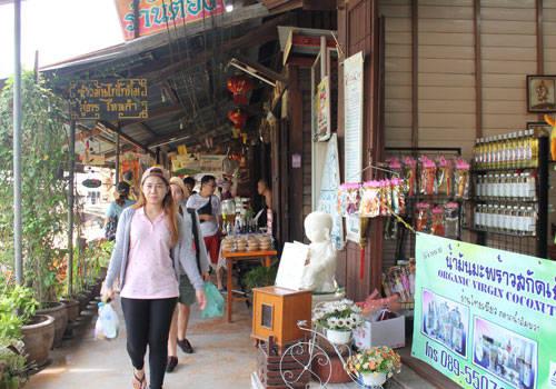 Dạo hai bên bờ cũng là một trải nghiệm thú vị, du khách có thể mua những món đồ lưu niệm được bày bán trong những cửa hàng dọc hai bên kênh.