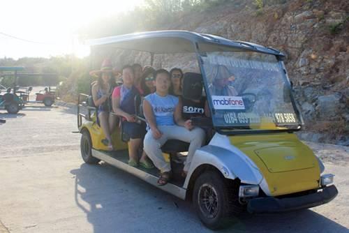 Xe điện đưa đón khách du lịch trên đảo