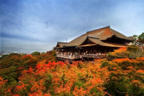 Tinh thần gìn giữ truyền thống: Động đất, sóng thần, núi lửa... xuất hiện liên tục trong suốt lịch sử Nhật Bản. Các thảm họa này không chỉ khiến hàng nghìn người thiệt mạng, mà còn làm sụp đổ những kiến trúc cổ như đền miếu, lâu đài. Trong khi ở nhiều quốc gia khác, các công trình này sẽ bị bỏ hoang thì ở Nhật, nhiều đền chùa cổ đã được xây dựng lại sau khi bị phá hủy để thế hệ sau có thể chiêm ngưỡng, thán phục. Ảnh: Japanphototrip.