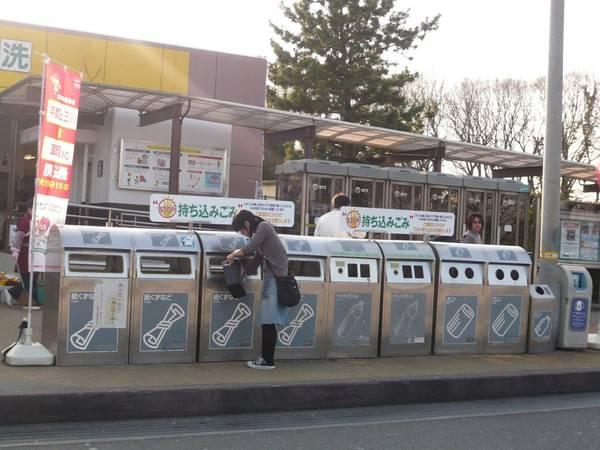 Tái chế: Do ít có tài nguyên thiên nhiên, người dân tập trung vào việc tiết kiệm và tái chế. Hệ thống phân loại rác của Nhật khá phức tạp và nghiêm ngặt, nhưng được người dân nghiêm túc tuân thủ. Lịch đổ rác của Nhật có theo từng ngày, ví dụ ngày đổ rác thủy tinh, ngày đổ thức ăn thừa, ngày đổ nhựa... để có thể tận dụng tốt nhất. Ảnh: Backofthebook.