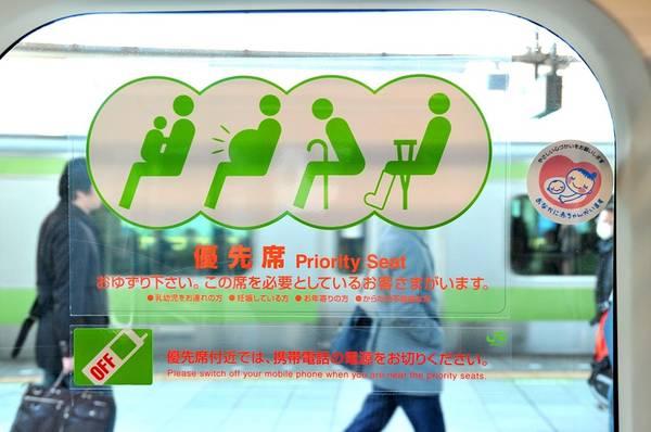 Tôn trọng người khác: Mọi người thường hạ giọng xuống khi trả lời điện thoại lúc đang đi tàu, thường là để thông báo đang di chuyển và sẽ gọi lại sau. Các ga tàu cũng thường có biển báo đề nghị hành khách tắt máy, để im lặng hay hạn chế trả lời điện thoại để tránh làm phiền người bên cạnh. Việc nói to khi trả lời điện thoại cũng bị coi là bất lịch sự. Ảnh: Tokyofox/Wordpress.