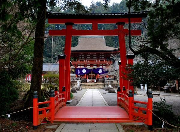 Sự hòa hợp tôn giáo: Là một quốc gia hiện đại với công nghệ tân tiến, Nhật Bản vẫn chịu ảnh hưởng lớn từ truyền thống và tôn giáo trong đời sống thường ngày. Du khách có thể thấy các đền miếu với đủ quy mô khắp thành phố. Điều tuyệt vời là sự hòa hợp giữa hai tôn giáo chính: đạo Phật và đạo Shinto. Phần lớn người dân đều thờ cúng các vị thần, Phật thuộc cả hai đạo. Ảnh: Wherenextjapan.