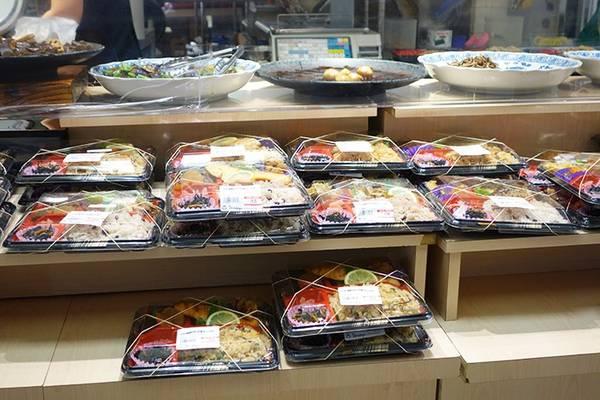 Chất lượng thực phẩm: Từ những món ăn cao cấp và đắt tiền tới các hộp cơm bán sẵn ở siêu thị, đồ ăn ở Nhật có chất lượng tuyệt hảo. Bạn hoàn toàn có thể mua một bữa ăn ngon lành ở các siêu thị mini. Nhân viên luôn sẵn lòng hâm nóng lại đồ cho khách. Ảnh: Melissadreamsofsushi.