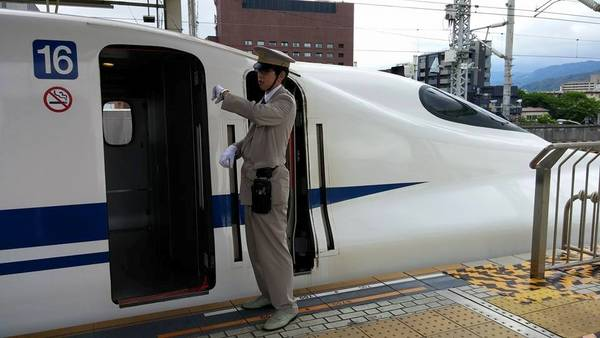 Đúng giờ: Nếu là người hay trễ giờ, chắc chắn bạn sẽ nhận được nhiều cái nhíu mày khi tới Nhật, bởi người dân của quốc gia này rất nghiêm túc trong giờ giấc. Hệ thống tàu đô thi của Nhật nổi tiếng với sự đúng giờ. Khi tàu chậm chuyến, hành khách sẽ nhận được giấy xác nhận để báo cáo lại với cấp trên. Ảnh: Dornsife-blogs.