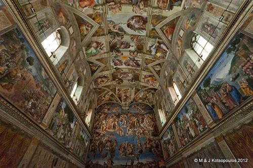 Dạo quanh Vatican Chuyến tham quan sẽ đưa bạn đi qua nhà nguyện Sistine, nhà thờ thánh Peter, phòng triển lãm Raphael… và những nơi nổi tiếng khác. Bạn sẽ được tận hưởng cảm giác tuyệt vời khi đi qua một hàng người nối đuôi nhau tưởng chừng như dài vô tận. Khi đi theo các nhóm không quá 20 người, nên có một hướng dẫn viên để được cung cấp đầy đủ thông tin về lịch sử và tôn giáo của các công trình đồ sộ.