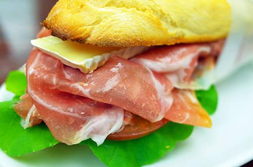 Bar Ciacco & Bacco Hãy suy nghĩ lại nếu bạn cho rằng Italy chỉ có món mì sợi và pizza. Ciacco & Bacco là một quán bar sandwich nhỏ quyến rũ, nơi luôn có các món salad và sandwich bắt mắt với cá tươi và thịt hảo hạng. Thậm chí chỉ với thịt, phô mai và bánh mì, Ciacco & Bacco cũng là lựa chọn hoàn hảo cho những người bận rộn.