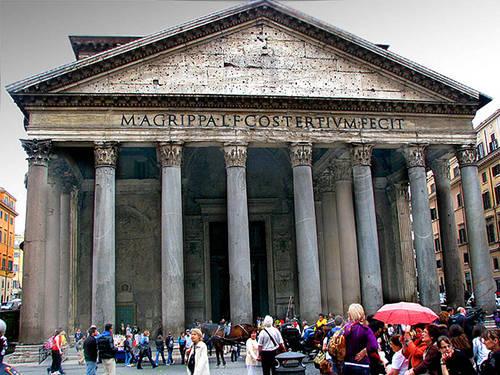 """Đền Pantheon Đến Rome mà không ghé thăm ngôi đền La Mã Pantheon thì quả là một thiếu sót, hãy sắp xếp thời gian để tham quan ngôi đền cổ xưa nổi tiếng thế giới này. Xây dựng vào khoảng những năm 118-125 TCN, Pantheon là một trong những tòa nhà chính của Đế chế La Mã cổ đại. Người ta tin rằng đây là nơi phục vụ cho các vị thần vì Pantheon trong tiếng La tinh có nghĩa là """"Ngôi đền của mọi vị thần""""."""