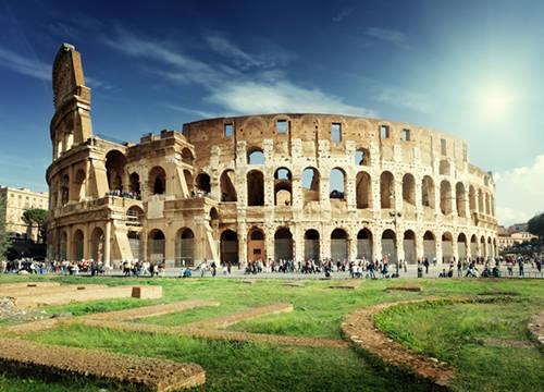 Đấu trường La Mã Đấu trường La Mã là khu vực nổi tiếng - nơi mà các võ sĩ thể hiện sức mạnh của mình bằng cách chiến đấu cho đến chết. Được coi là một biểu tượng của Rome, đấu trường gây ấn tượng bởi chiều dài gần 200 m, chiều rộng 156 m và cao gần 50 m.