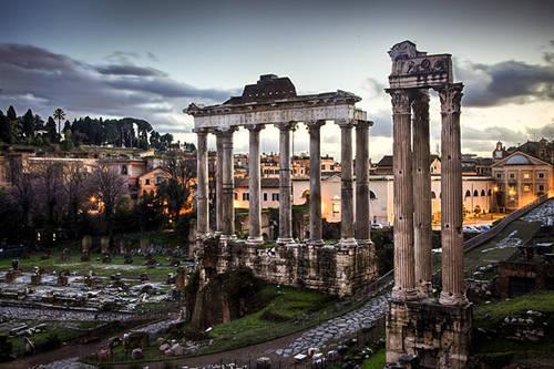 Khu vực Roman Forum Roman Forum hay còn có cái tên Magnus Forum là khu tàn tích còn sót lại của một thời huy hoàng thuộc Đế chế La Mã. Đây là khu vực trung tâm của Rome với nhiều hoạt động buôn bán tấp nập. Xuất hiện từ thế kỷ thứ 7 TCN, đến nay Roman Forum vẫn còn dấu tích của những vương cung thánh đường cổ xưa, đền đài, đấu trường, các tòa nhà chính phủ,…