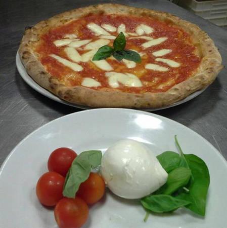 Cửa hàng bánh Pizzeria Loffredo  Không có nơi nào tốt hơn Pizzeria Loffredo để thưởng thức món bánh pizza với lớp vỏ mỏng, giá cả phải chăng. Không cần cầu kỳ bạn cũng đã có một món ăn hảo hạng. Còn gì tuyệt vời hơn là một chỗ ngồi và thưởng thức pizza ở cửa hàng nổi tiếng này.