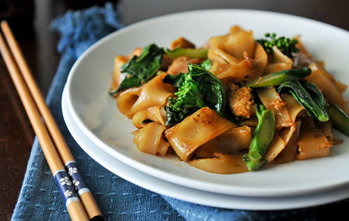 <strong>Pad see ew: </strong>Pad see ew được làm từ mì gạo, xào với cải bó xôi và dầu hào. Món ăn dân dã này được nhiều người Bangkok ưa chuộng. Nếu muốn món ăn thêm đa dạng, thực khách có thể chọn loại pad see ew với thịt gà, thịt lợn hoặc trứng rán. Địa điểm nên ghé qua: Ran Guay Jab Jaedang, đường Ratchawithi.Ảnh: rachaelcooksThai.