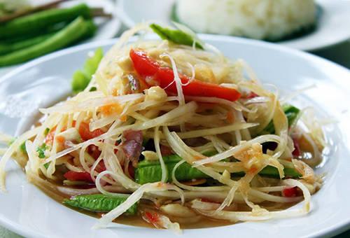 """<strong>Som tam:</strong> Nhiều du khách tới Bangkok trở nên """"nghiện"""" món ăn này. Som tam về cơ bản là nộm đu đủ xanh. Món ăn này khá giống với nộm của Lào và Campuchia, tuy nhiên hương vị ngọt, đậm đà hơn và được ăn kèm với lạc. Thai Địa điểm nên ghé qua: Sukhumvit 38.Ảnh: templeof."""