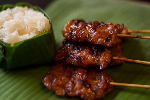 <strong>Moo ping: </strong>Thường được ăn kèm với xôi, moo ping là một món ăn đường phố dân dã, thơm ngon. Thịt lợn được ướp với sữa dừa và gia vị trước khi nướng. Lúc ăn, bạn có thể chấm với tương ớt jaew. Địa điểm nên ghé thử: Sukhumvit 38. Ảnh: pinterest.