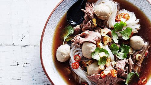 <strong>Guay teow rhua: </strong>Guay teow rhua là một loại mì truyền thống của Thái, chuyên được bán trên những chiếc thuyền đi dọc các con kênh. Món này giờ đây trở nên phổ biến khắp Bangkok, được ăn kèm với rau muống, tiết, giá, thịt lợn hoặc thịt bò. Địa điểm nên thử: Ngõ mì thuyền, tượng đài Chiến Thắng. Ảnh: sbs.com.