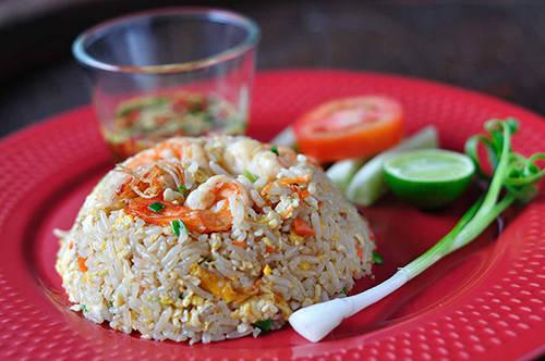 <strong>Khao pad poo:</strong> Cơm rang tuy không phải món ăn mới lạ, nhưng khao pad poo sẽ khiến bạn nghĩ khác về món cơm rang ở Bangkok. Khao pad poo sử dụng loại gạo nhài thơm và nước mắm đặc trưng của Thái, rang lên với cua, trứng bác, trên rắc rau mùi và chanh. Địa điểm nên thử: Naay Mong, 539 Thanon Phlapplaachai. Ảnh: Somtumdernewyork.
