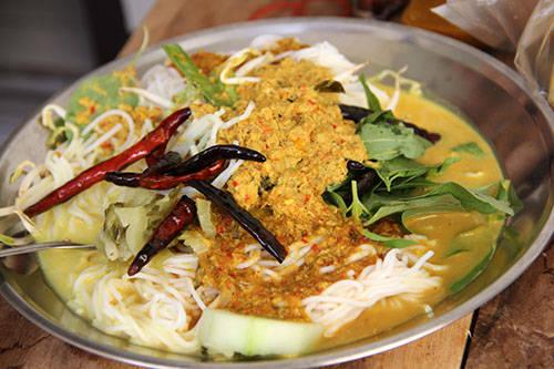 <strong>Kanom jeen: </strong>Kanom jeen được chế biến với bún, thịt gà hoặc cá, ăn kèm với rau sống, dưa chuột và các loại khác. Món ăn được người dân ưa thích cho cả bữa sáng và bữa chiều. Địa điểm nên thử: Ko Lun, Thanon Mahanop, Bangkok. Ảnh: learnthaiwithmod.