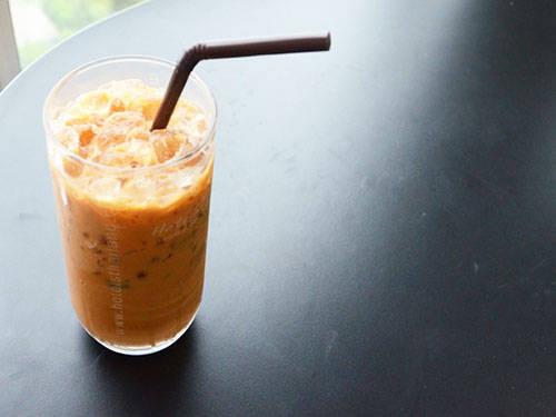 <strong> Cha yen:</strong> Bạn có thể tìm thấy cha yen, một loại trà Thái, ở tất cả nhà hàng Thái trên thế giới nhưng không đâu có hương vị đặc trưng như ở Bangkok. Cha yen sử dụng loại trà đen, được ướp với hồi và nước cốt me. Do đó, thức uống này có màu đỏ đặc trưng. Bạn nên uống cha yen khi còn lạnh và thêm chút sữa đặc để có vị ngọt. Địa điểm nên thử: Chợ Or Tor Kor, đường Kamphaeng Phet. Ảnh: tourismthailand.