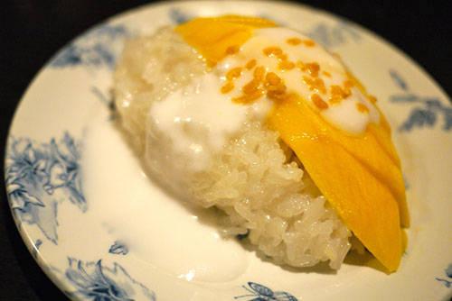 <strong>Khao niew ma muang: </strong>Xôi xoài nước cốt dừa là một trong những món ăn Thái Lan nổi tiếng nhất thế giới. Món ăn được ưa chuộng hơn khi vào mùa xoài chín. Để tăng hương vị, người chế biến sẽ cho thêm lạc, vừng và đậu xanh. Địa điểm nên thử: chợ đêm Thonglor, Sukhumvit Soi 38, Bangkok. Ảnh: photobucket.