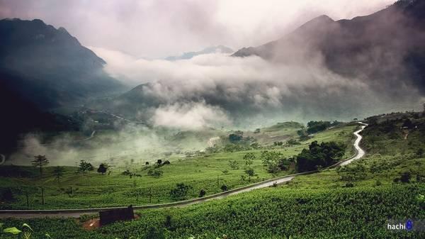 """Description: Dốc Bắc Sum hiểm trở với cung đường quanh co núi đồi và suốt năm bao phủ bởi sương mù khiến tầm nhìn hạn chế. Đây có lẽ là thử thách và cũng là điểm nhấn đầu tiên dành cho du khách. Tuyến đường gắn liền với câu vè """"Dốc Bắc Sum, hùm Cán Tỷ, phỉ Đồng Văn""""."""