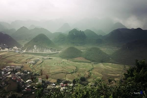 Description: Núi đôi Cô Tiên, một địa danh nổi tiếng tại Quản Bạ, nằm trên cung đường 4C tới Đồng Văn và cách thành phố Hà Giang chừng 40 km. Bạn phải leo bộ lên điểm ngắm để có thể thấy toàn cảnh cổng trời Quản Bạ và núi đôi Cô Tiên từ trên cao.