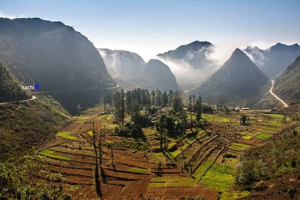Description: Dinh họ Vương cũng là một địa điểm không thể bỏ qua tại thung lũng Sà Phìn. Với lối kiến trúc độc đáo, đây là điểm nhấn giữa vùng núi đá tai mèo bạt ngàn.