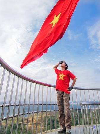 Description:   Leo bộ hàng trăm bậc thang lên đỉnh núi Rồng (Long Sơn) và chào cờ dưới lá cờ đỏ sao vàng bay phấp phới sẽ là một trải nghiệm không thể bỏ qua. Trên đỉnh cao này bạn cũng có thể ngắm toàn cảnh núi rừng hùng vĩ, nơi địa đầu cực Bắc.