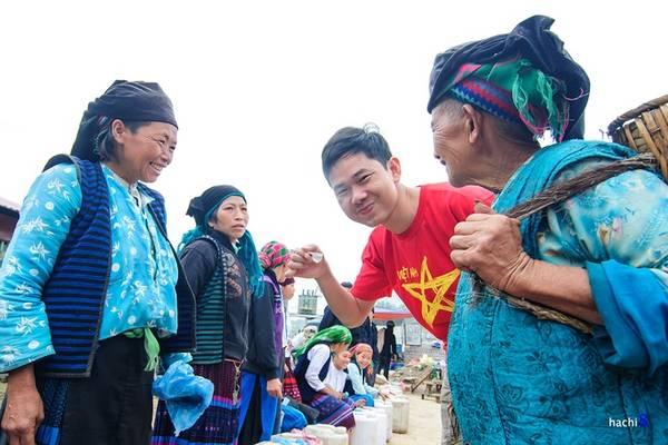 Description: Chợ phiên Đồng Văn họp vào sáng chủ nhật hàng tuần. Chợ nằm ngay cạnh khu phố cổ của thị trấn Đồng Văn. Tham quan, giao lưu văn hóa với bà con dân tộc và đừng quên thưởng thức những món ăn đặc trưng, dân dã nơi đây.