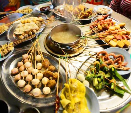 Satay celup (Lẩu) Satay celup hay còn gọi là Lok lok thực chất là một loại lẩu nhúng. Thực khách sẽ nhúng các đồ ăn, thường được xiên que vào nồi nước dùng sốt đậu nóng. Những đồ ăn kèm thường là sò huyết, trứng chim cút, váng đậu chiên, thịt viên, bóng cá và tôm.