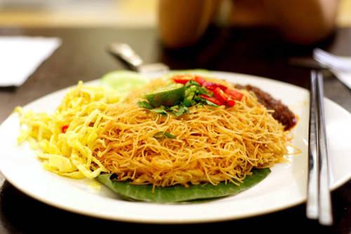 Mee siam (mì Thái) Món ăn nay thực chất không bắt nguồn từ Thái Lan. Món gần giống ở Thái có tên Mee Kati, thường thêm nước cốt dừa với cách trình bày và phục vụ khác mee siam. Mee siam được sáng tạo bởi một người Peranakan gồm bún gạo sợi mỏng sốt me, hỗn hợp gia vị (nước mắm) và sốt đậu tương, trên cùng là đậu muối, trứng tráng thái nhỏ, tôm, thịt gà, hành tây. Món ăn có vị chua ngọt và cay khó quên, không có ở bất kỳ món mì Malaysia nào khác.