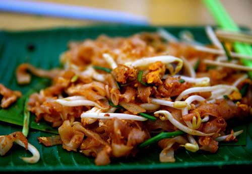 Char Kuey Teow (mì) Như các món mì khác ở Malaysia, char kuey teow nằm trong số những món mì có hương vị phong phú nhất. Sợi mì dẹt ăn cùng nước sốt đậu nành, hành lá, giá đỗ, tôm, sò và xúc xích Trung Quốc, xào theo kiểu Trung Quốc ở nhiệt độ cao gọi là wok hei (hơi thở của chảo theo tiếng Quảng Đông). Char kuey teow thường được nấu chín trong từng bát riêng.