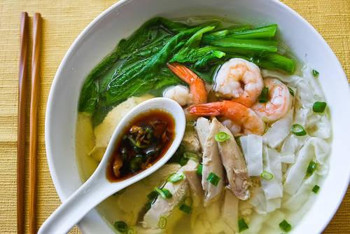Ipoh hor fun (mì dẹt kiểu Perak) Thành phố Ipoh, bang Perak bao quanh bởi núi đá vôi, ảnh hưởng lớn đến các dòng suối nơi đây. Nước suối được dùng để nấu mì Ipoh hor fun mang hương vị khác biệt không nơi nào có. Món này có nguồn gốc từ cộng đồng người Hoa ở Perak. Nước dùng từ gà và tôm, trong mì có hẹ Trung Quốc, thịt gà xé và thịt tôm.