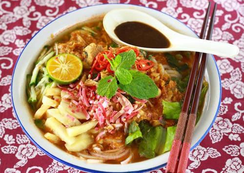 Penang assam laska (mì Laske me kiểu Penang) Laska là món ăn phổ biến ở Malaysia và Singapore. Phiên bản laska của Penang có thêm assam (me) trong nước dùng mang lại vị chua thơm độc đáo. Những sợi mì dày, cá mackerel xé nhỏ, các loại thảo mộc hấp dẫn với xả, gừng và lá bạc hà tạo nên bát assam laska hương vị khó quên. Tuy nhiên, một bát assam laska chính hiệu không thể thiếu hae ko (mắm tôm).