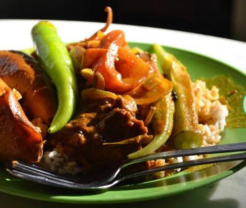 """Nasi kandar (cơm cà-ri) Cộng đồng người Ấn ở Malaysia đã có công không nhỏ trong việc làm phong phú thêm nền ẩm thực nước này. """"Nasi"""" tiếng Malay là gạo trắng. """"Kandar"""" là cái ách bằng gỗ hoặc tre thường xuất hiện trong các quầy hàng vỉa hè ở Ấn Độ thời xưa, giúp giữ thăng bằng cho xe thức ăn. Bên cạnh cơm, thực khách có thể chọn đồ ăn kèm như lá lách bò, thịt bò, mực chiên, gà chiên, đậu bắp, gà rán, mướp đắng và cà tím. Đồ ăn kèm có thể để luôn trên cơm hoặc phục vụ trong bát nhỏ riêng."""