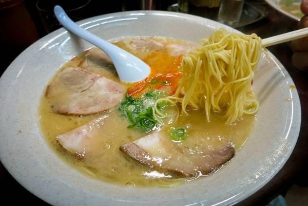 1. Ramen kiểu Kyoto: Tenkaippin (người địa phương gọi là Ten'ichi) là chuỗi nhà hàng ramen có ở khắp Nhật Bản. Được thành lập tại Kyoto năm 1981, thương hiệu này nổi tiếng với loại ramen kotteri sợi dày và mùi vị đậm đà do được nấu từ xương gà hầm trong 14 tiếng đồng hồ. Nước dùng ramen đục, được tô điểm bởi những lát thịt heo, măng và hành lá. Thực khách có thể thêm vừng, tương ớt hoặc dầu mè cay.