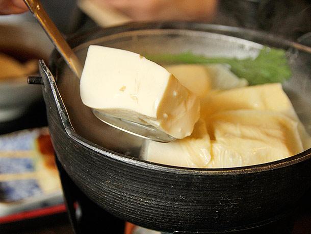 2. Đậu phụ: Kyoto nổi tiếng với nguồn nước sạch tạo nên loại đậu phụ thủ công thơm ngon. Ngoài loại đậu phụ làm bằng máy, đậu phụ thủ công hầu như vẫn giữ nguyên cách làm truyền thống ở Toyoukeya, một cửa hàng của gia đình Yamamoto từ năm 1897. Tại nhà hàng Toyouke của gia đình này, thực khách có thể thưởng thức các món đậu phụ vào bữa trưa. Nếu bạn không phải là fan của đậu phụ, thì hãy thử món đậu phụ bơ dành riêng cho thực khách Tây. Ảnh: seriousseats.