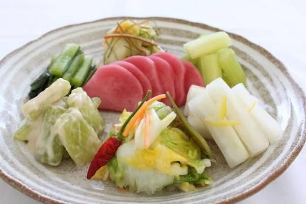 8. Dưa muối Tsukemono: Được làm từ củ cải trắng, củ đậu, cải thảo cùng cám gạo lên men, món ăn này rất phổ biến ở chợ Nishiki. Khách hàng có thể ngửi thấy mùi dưa trước khi nhìn thấy nó. Món dưa này rất ngon miệng dù hình thức không được bắt mắt cho lắm. Người bán hàng thường để khách nếm thử các loại trước khi mua. Ảnh: touristnote.