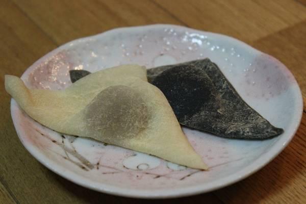 9. Yatsuhashi: Các cửa hàng ở Kyoto bán hầu hết các loại bánh kẹo truyền thống của Nhật Bản, nhưng yatsuhashi vẫn là một trong những món nổi tiếng nhất. Bánh có hình tam giác tượng trưng cho koto, loại đàn hạc truyền thống ở Nhật Bản. Món bánh bột gạo mỏng này được cuốn mỏng, sau đó bọc đậu đỏ và nướng lên. Bánh có hương vị quế, vừng đen hay trà xanh. Hiệu Izutsu Yatsuhashi Honkan ở Gion được rất nhiều người yêu thích. Ảnh: wordpress.