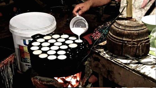 Kanom Krok (bánh dừa) Đây là những chiếc bánh nhỏ làm từ sữa dừa, đường, gạo nếp và bột mì. Kanom Krok được tráng trong những chiếc chảo sắt có sẵn khuôn bánh. Ảnh: nomadicboys.