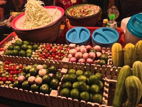 Tam Maak Hoong (gỏi đu đủ cay) Đây là món gỏi phổ biến ở Thái có nguồn gốc từ Lào. Ở đây, gỏi đu đủ cay được gọi là Tam Maak Hoong. Gỏi làm từ đu đủ xanh, dưa chuột, nước chanh, ớt và nước mắm. Có rất nhiều quầy bán Tam Maak Hoong xung quanh chợ đêm Lào. Ảnh: nomadicboys.