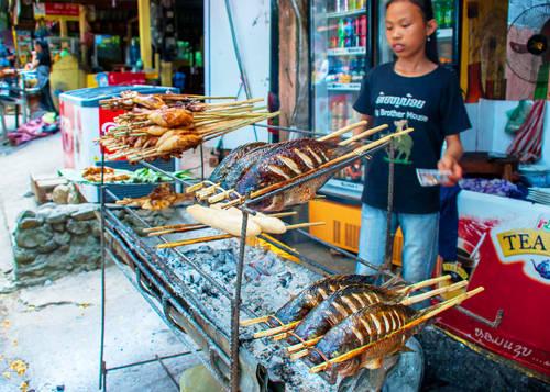 Cá muối nướng Cá nướng là món ăn phổ biến không kém ở Luang Prabang. Có nhiều loại cá với đủ kích cỡ khác nhau cho thực khách lựa chọn. Cá được ướp muối sau đó nướng trên than (khoảng 4-6 USD/con tùy theo kích thước). Ảnh: legalnomads.