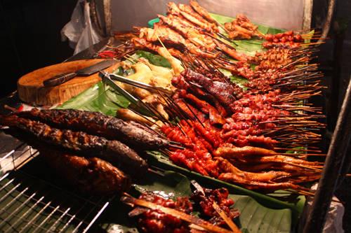 Thịt nướng Có rất nhiều quầy hàng bán đủ loại thịt nướng trên đường phố. Nhưng không giống những nơi khác tại Lào, thức ăn đường phố ở Luang Prabang đã được thay đổi để phù hợp với người nước ngoài. Những quầy thịt nướng ở chợ đêm Luang Prabang được đánh giá là ngon nhất. Ảnh: nomadicboys.
